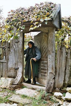 Transylvanian Lady with symbols of Perun. People Around The World, Around The Worlds, Romania People, Beautiful Places, Beautiful Pictures, In Vino Veritas, Old Doors, Garden Gates, Country Life