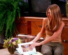 Jennifer Aniston | Rachel Green Rachel Green Outfits, Rachel Green Style, Super Long Hair, Bruce Willis, Jennifer Aniston, Hairstyles, Long Hair Styles, Friends, Fitness
