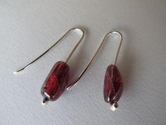 Brincos: prata 925 e pedras de granada Earrings: silver 925 and granate beads