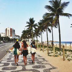 Ipanema Beach, Rio de Janeiro: Ipanema, plage mythique de Rio. Le week-end, la route adjacente se vide des voitures pour laisser place aux joggueurs, promeneurs et surfeurs sur un fond musical ultra festif. Le reste du temps? On y boit de la caïpirinha en regardant les filles en maillot brésilien.