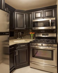 Dark cabinets, stainless appliances.  Loovvee!