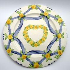 Alle Platzteller der Familie BlueHoria-Berdea! Die Blau-Gelb-Grüne Designfamilie von Unikat-Keramik. Das wohl einzigartigste Keramik Geschirr der Welt! Plates, Tableware, Design, Blue Yellow, Unique, Dishes, World, Licence Plates, Dinnerware