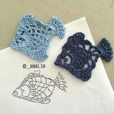 Coisa linda esses peixinhos ótimos para aplique crochet aplique via shHobby: Damskie pasje i hobby. Odkryj i pokaż innym Twoje hobby.Crochet Patterns Stitches Decorate it with a beautiful coaster that can be made into a renderer with a t . Marque-pages Au Crochet, Beau Crochet, Crochet Fish, Crochet Motifs, Crochet Diagram, Freeform Crochet, Crochet Squares, Crochet Chart, Irish Crochet