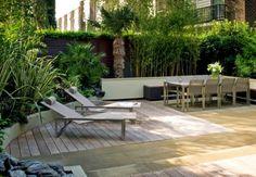 sichtschutz terrasse bambuspflanzen sonnenliegen sitzecke palmen