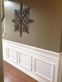 Este es el friso que nosotros hemos puesto en nuestra casa con el truco de pintar la pared y las molduras. En el post tienes las medidas y todo