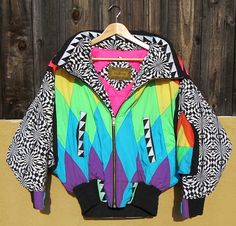 No risk of collisions while wearing this one! Neon geometric pattern & crazy black and white sleeves! Pop Art Fashion, 80s Fashion, Fashion Prints, Fashion Outfits, Pretty Outfits, Cool Outfits, 80s Neon, Evolution Of Fashion, Basic Outfits