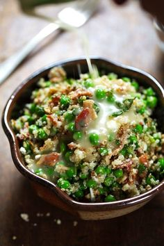 This Spring Quinoa Salad has quinoa tossed with peas fresh herbs feta bacon and almonds plus a homemade Honey Lemon Vinaigrette. Clean Eating, Healthy Eating, Dinner Healthy, Vegetarian Recipes, Cooking Recipes, Healthy Recipes, Pasta Recipes, Vegetarian Salad, Quinoa Salad Recipes