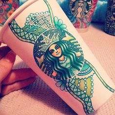 Inspired by the work of Kristina Webb, Ohio-based artist Carrah Aldridge, began to customize her Starbucks cups by illustrating them with colorful patterns and Kristina Webb, Café Starbucks, Starbucks Tumbler, Art Deco Wedding Decor, Coffee To Go Becher, Coffee Cup Art, Coffee Mugs, Foto Top, Green Cups