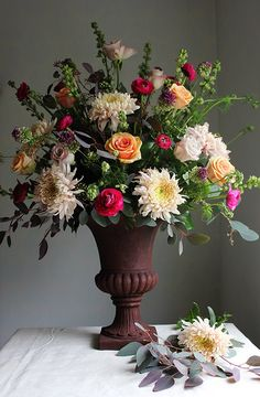 Traditional urn arrangement tutorial by @aquietstyleuk & @wildrubus