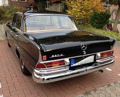 """Der Mercedes-Benz W 111 war das erste Oberklassen-Modell der Heckflossen-Serie von Mercedes-Benz, bei Autoliebhabern auch """"Große Flosse"""" genannt. Der W 111 löste die großen Ponton-Modelle im Jahre 1959 ab und lieferte die technische Basis für die Mercedes-Modelle bis Ende der 1960er Jahre. Typisch war die so genannte Einheitskarosserie, so dass die Limousinen-Modelle ähnliche Erscheinungsbilder aufweisen."""