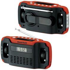 H.C.5way マルチラジオ FM/AMラジオ・LEDライト・モバイル機器への充電・時計・アラームの5つの機能を備え、災害時やアウトドアでマルチに活躍するアイテムです。パソコンなどのUSB端子に接続して充電ができ、手回しハンドルと本体のソーラーパネルを用いた補充も行えるので、電力の供給を受けられないような状況でも使用できます。モバイル機器への充電は付属のコネクターを用いて手回しハンドルを回転させながら行います(内蔵電池からの充電はできません)。ニッケル水素電池内蔵。※スマートフォンなどのモバイル機器をUSBメス端子に接続するコネクターは各自ご用意ください。※10分以上のバッテリ補充は行わないでください。※iPhoneには対応しておりません。