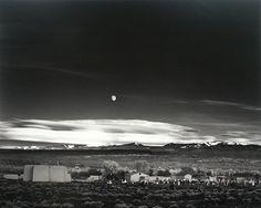 1941: en la ciudad de Hernández (Nuevo México), el fotógrafo Ansel Adams hace una foto sobre la salida de la Luna que se convierte de una de las más famosas de la historia de la fotografía.