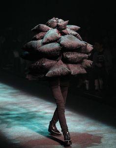 Fashion Victim: Latest Bizarre Fashion Costumes Around The World Fashion Fail, Weird Fashion, Trendy Fashion, Fashion Show, Unique Fashion, High Fashion, Japan Fashion, Runway Fashion, Couch Monster
