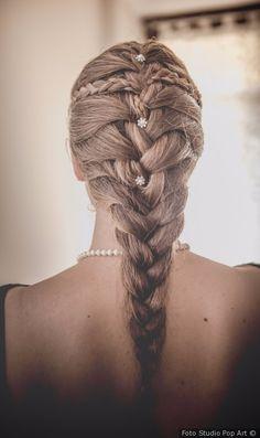 Treccia a spine di pesce con perle come acconciatura da sposa #matrimonio #nozze #sposa #acconciatura #acconciaturasposa #capelliraccolti #wedding #weddingideas #bride #hairdressbride