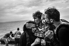 Il sogno dei migranti - Internazionale Una famiglia siriana dopo l'arrivo sull'isola di Lesbo, in Grecia, il 10 ottobre 2015. (Fabio Bucciarelli)