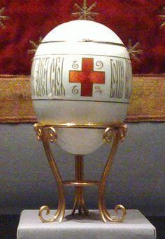 .L'Uovo della Croce Rossa con ritratti è una delle uova imperiali Fabergé, un uovo di Pasqua gioiello che l'ultimo zar di Russia, Nicola II donò a sua madre l'Imperatrice vedova Marija Fëdorovna Romanova  1915