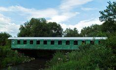Most na ktorého vytvorenie bol použitý starý železničný vozeň