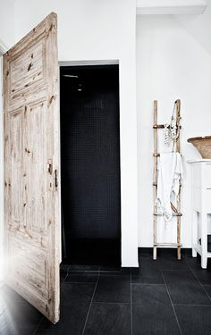 Jenny Hjalmarsson Boldsen, the interior stylist and decorator, lives in a beautiful vintage home with her husband and three kids. She has an interior Bathroom Inspiration, Home Decor Inspiration, Inspiration Boards, Style At Home, Home Design Decor, House Design, Design Ideas, Estilo Interior, Swedish Decor