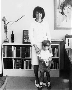 Nadire Atas on Pure Elegance Jacqueline Kennedy and 3 year old John Kennedy Jr. in their Avenue apartment, 51 years ago today, September 1964 Estilo Jackie Kennedy, Les Kennedy, John Kennedy Jr, Caroline Kennedy, Jfk Jr, Jacqueline Kennedy Onassis, Familia Kennedy, Jaqueline Kennedy, Jacklyn Kennedy