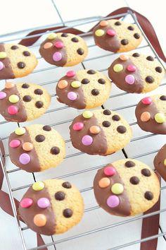 Aujourd'hui c'est mercredi et qui dit mercredi dit journée des enfants, alors je vous ai préparé une recette de cookies ultra simple mais surtout très très gourmande : des cookies bicolores chocolat & smarties ! L'idée du cookie recouvert à moitié de...