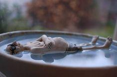 Bird bath with a relaxed man floating on the water- Vogeltränke mit einem entspannt auf dem Wasser treibenden Mann Bird bath with a relaxed on the water … -