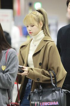 Lisa Lalisa Manoban Blackpink LISA Airport fashion Lisa Blackpink [lalalalisa_m] Kim Jennie, Jenny Kim, Kpop Girl Groups, Korean Girl Groups, Kpop Girls, Airport Look, Airport Style, Airport Fashion, Blackpink Fashion