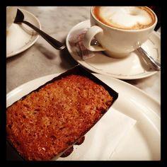 Café con leche y carrot cake para empezar el domingo  #carrotcake #breakfast #desayuno #barcelona #coffeetime #cappuccino #mantelacuadros