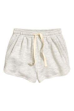 Pantaloni scurţi din molton: Pantaloni scurţi din molton, cu elastic şi cu şnur în talie, cu buzunare laterale şi cu pliuri în partea din faţă. Model scurt pe picioare.