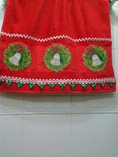 Toalha de rosto com motivo natalino e detalhe em fuxico e patch aplique.
