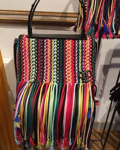Stylish Handbags, Purses And Handbags, Leather Handbags, Crochet Clutch Bags, Crochet Purses, Knitting Designs, Crochet Designs, Artist Bag, Macrame Bag