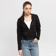 Calvin Klein Half Zip Hoodie černá za 1 490 Kč: Černá dámská mikina skapucí od značky Calvin Klein slogy na spodníčásti. Focena velikost S. Modelka měří 168cm a váží 52kg. ...