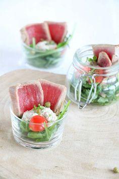 Vitello tonnato in een glaasje, waarbij de combinatie vlees, vis is omgedraaid.