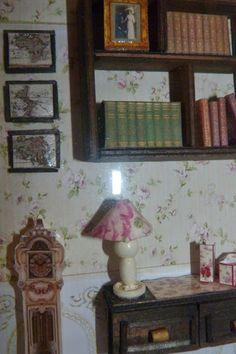 Escena de Biblioteca/Despacho en miniatura. Detalle de escritorio y librería.