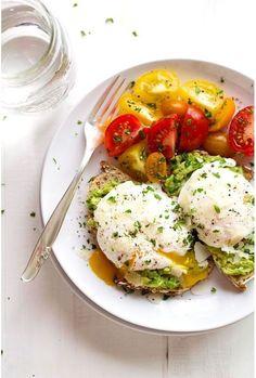 Des toasts à l'avocat avec des œufs pochés  brinner petit déjeuner diner pinterest