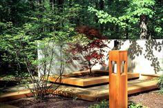 Holz Decking und kleine Gehölze im japanischen Garten