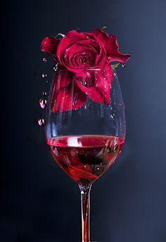 Rose in Rotwein von Linn Andrea Valde auf Wine Wallpaper, Rose Flower Wallpaper, Wine Photography, Beautiful Rose Flowers, Wine Art, Red Aesthetic, Pretty Wallpapers, Red Wine, White Wine