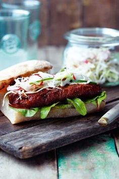 A mouth-watering steak sandwich, paired with homemade pickled vegetables. Quick and tasty, discover our delicious recipe here. Pickled Vegetables Recipe, Cooking Tips, Cooking Recipes, Mint Salad, Easy Steak Recipes, Tasty, Yummy Food, Sirloin Steaks, Griddle Pan