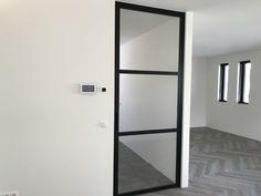 Scharnierdeur met 3 vlakken en hoekgreep - Mijn Stalen Deur