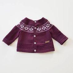 ⓟⓤⓣⓣⓨ ⓒⓡⓤⓢⓗ Må bare innrømme at jeg er forelsket i puttymønsteret #puttyjakke #sandnesgarn #crush #strikkedilla #strikk #striktilbørn #itsallinthedetails #itsybitsyknits #strikking #knitting #knittinginspiration #knitting_inspiration #knitstagram #instaknits #followknitters #knittersofinstagram #knitinspo123 Knit Baby Sweaters, Baby Knits, Baby Knitting, Crochet Baby, Fashion, Tejidos, Threading, Moda, Fashion Styles