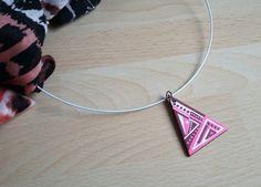 pendentif triangle rose bordeaux blanc en bois peint style ethnique : Pendentif par art-monize31