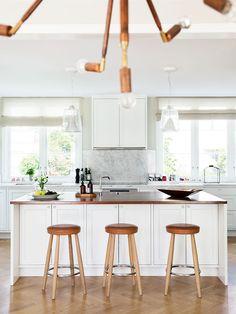 1920-talsvillan har fått behålla sitt tidstypiska skal, men invändigt har Sofia och hennes familj satt sin prägel med moderna möbler och ett nytt platsbyggt kök – i en färgskala som går i...