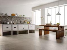 reforma de cocina con muebles de obra acabado microcemento y frente de azulejos aspecto baldosas hidráulicas, mesa y banco de madera.