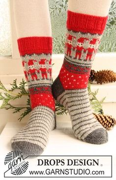 """Dancing Elves / DROPS Extra - Free knitting patterns by DROPS Design - Knitted DROPS socks with Christmas pattern in """"Karisma"""". Crochet Gratis, Crochet Socks, Knitting Socks, Knit Crochet, Knit Socks, Knitted Socks Free Pattern, Fun Socks, Knitting Needles, Drops Design"""