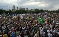 Na avenida, sem sombra de dúvida, havia mais de 30 mil pessoas, naquela que foi a maior manifestação desde os eventos do ano passado.