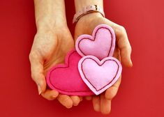 Réchauffez-vous cet hiver avec ces petites chaufferettes en formes de coeur !    Pour réaliser ces petites chaufferettes, il vous faudra :    - Feutrine rose claire - Feutrine rose foncé - Fil à broder rouge métallisé -Aiguilles à broder - Feutre à tissu - Une paire de ciseaux - Télécharg...