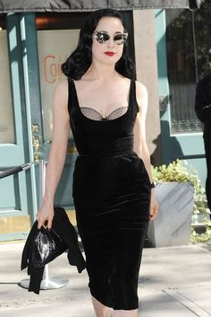 Dita von Teese is the ultimate is classic, sexy, glamour! Dresses Elegant, Nice Dresses, Rockabilly Moda, Dita Von Teese Style, Dita Von Teese Burlesque, Feminine Mode, Dita Von Tease, Retro Fashion, Vintage Fashion