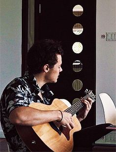 @anneyoung17 Harry playing the guitar in Jamaica. [GIF]