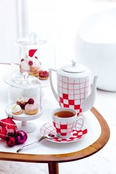 Un service à thé vichy, rouge et blanc, peinture, customisation / A tea set Vichy, red and white, customized
