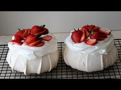 Hello This is the recipe for Pavlovas. Decorate large meringue cookies with fruit and whipped cream. It's a cake we eat together and the texture is very good. Dessert Cake Recipes, Mini Desserts, Delicious Desserts, Plated Desserts, Desserts Panna Cotta, Merengue Cake, How To Make Meringue, Meringue Cookies, Meringue Food