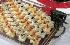 Vassoio di tartine in 2020 Party Finger Foods, Party Snacks, Appetizer Buffet, Mini Appetizers, Fingerfood Party, Mini Sandwiches, Mini Foods, Appetisers, Canapes